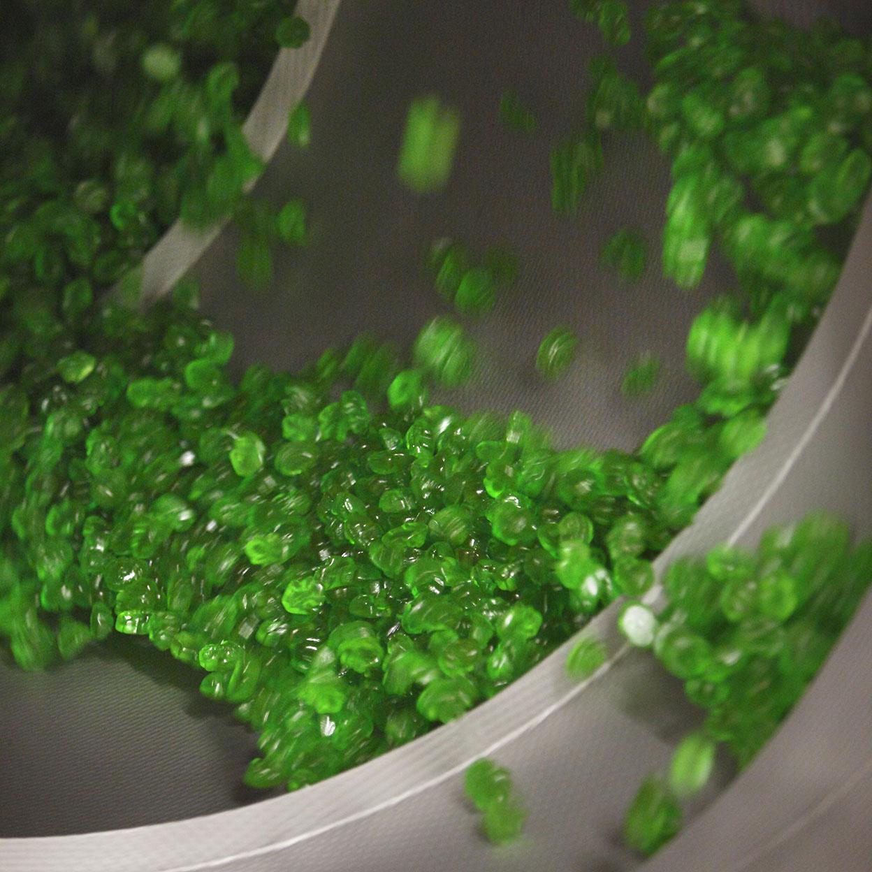 Så här ser det ut när Gröna Grodor produceras i fabriken.